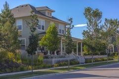 Belle case sulla via suburbana Fotografia Stock Libera da Diritti