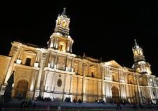 Belle cathédrale coloniale au Pérou la nuit Image stock