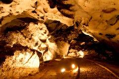 Belle caverne avec beaucoup de stalagmites et photos stock
