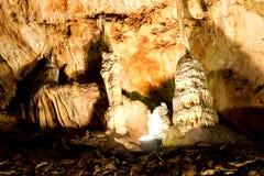 Belle caverne avec beaucoup de stalagmites et photo libre de droits