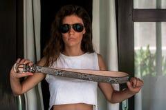 Belle ceinture fâchée mauvaise de python de participation de fille dans le dessus blanc Endroit vide libre pour le texte photo libre de droits
