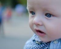 Belle chéri avec de grands œil bleu photos stock