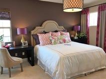 Belle chambre à coucher avec des accents pourpres photos libres de droits