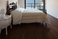 Belle chambre à coucher avec la vue photographie stock libre de droits