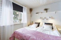 Belle chambre à coucher dans la maison de luxe Photo stock