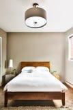 Belle chambre à coucher propre et moderne Image libre de droits