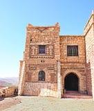 Belle Chambre dans les montagnes d'atlas du Maroc, construites des morceaux d'ébauche de roche rouge photographie stock