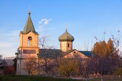 Belle chapelle avec le jardin images stock