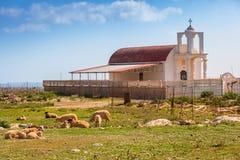 Belle chapelle sur la côte de Crète photo stock