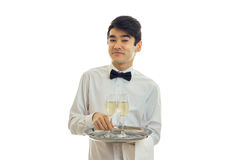 Belle chemise drôle de serveur tenant un plateau avec des verres et le sourire Images libres de droits