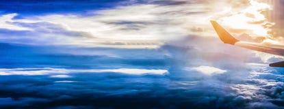 Belle cielo e nuvole, vista da una finestra commerciale dell'aeroplano, volo e viaggio di festa, aereo dell'ala al tramonto, spaz immagine stock