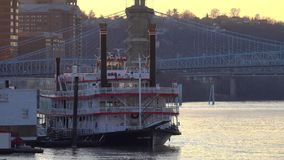 Belle Cincinnati Riverboat na rzece ohio zbiory wideo