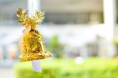 Belle cloche d'or et arc orange accrochant sur la corde Image libre de droits