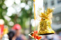 Belle cloche d'or et arc orange accrochant sur la corde Photos libres de droits