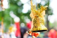 Belle cloche d'or et arc orange accrochant sur la corde pour WIS Photo libre de droits