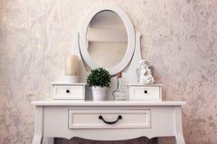 Belle coiffeuse en bois avec le miroir sur le papier peint blanc de fond image libre de droits