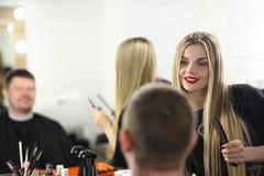 Belle coiffeuse Styling Male Haircut de femme images libres de droits