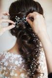 Belle coiffure de jeune mariée Préparation de mariage dans la chambre images libres de droits