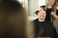 Belle coiffure de Making Man Client de coiffeur photo stock