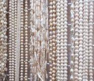 belle collane luccicanti della perla da vendere nel negozio di gioielli Fotografia Stock Libera da Diritti