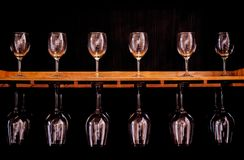 Belle collection de luxe beaucoup d'en verre de vin images stock