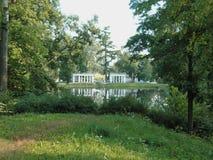 Belle colonnade en parc de lanscape Image libre de droits