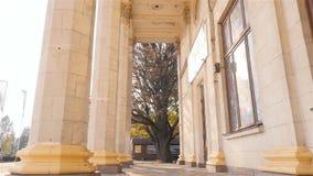 Belle colonne Alta costruzione Raggi di Sun l'ucraina kiev 11 07 18 parco VDNH video d archivio