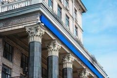 Belle colonne architettoniche sulla facciata della costruzione fotografia stock