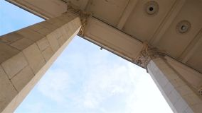 Belle colonne su un fondo di cielo blu Movimento lento Macchina fotografica nel moto stock footage