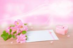 Belle composition de rose sensible de rose, bougie en forme de coeur Photographie stock