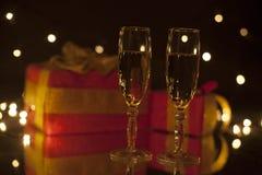 Belle composition Deux verres de champagne sur le fond des boîte-cadeau dans le flou Photos libres de droits