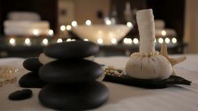Belle composition en station thermale sur la table de massage au centre de bien-être banque de vidéos