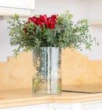 Belle composition florale dans le vase en verre clair Images libres de droits