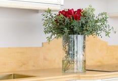 Belle composition florale dans le vase en verre clair Photo libre de droits