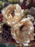 Belle composition florale en style de cru, fleurs en soie, fausses fleurs, fleurs sèches, pivoines images libres de droits