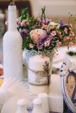 Belle composition sur la table de mariage dans le style de la Provence Bougie blanche décorée de la lavande, un bouquet des fleur photographie stock