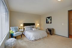 Belle conception de chambre à coucher avec la tête de lit brune photo libre de droits