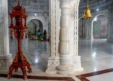 Belle conception de lampe métallique de luxe d'éclairage à l'intérieur de temple Jain images stock