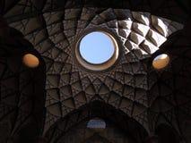 Belle conception de mosaïque de plafond d'architecture dans Kashan, Iran Images libres de droits
