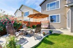 Belle conception de paysage pour le secteur de jardin et de patio d'arrière-cour images libres de droits