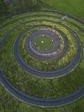 Belle conception en spirale dans un domaine vert photographie stock libre de droits