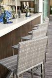 Belle conception intérieure élégante, plan de travail de barre avec des chaises de rotin Images stock