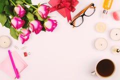Belle configuration plate avec les fleurs, la tasse de thé, les verres, les bougies et d'autres accessoires, concept d'une table  Photos libres de droits