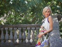 belle construction blonde derrière ses jeunes modernes de femme d'extérieur Photo libre de droits