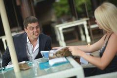 Belle, coppie adorabili e giovani che discutono le notizie nel ristorante Immagini Stock