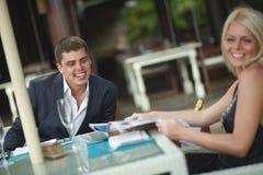 Belle, coppie adorabili e giovani che discutono le notizie nel ristorante Fotografia Stock Libera da Diritti