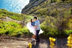 Belle coppie amorose che vanno a fare una passeggiata all'aperto fotografie stock libere da diritti