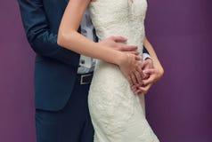 Belle coppie che abbracciano, stile di vita, svago, gioventù, amore Immagini Stock Libere da Diritti