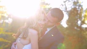 Belle coppie che baciano nella sosta di autunno archivi video