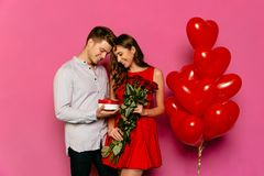 Belle coppie che celebrano giorno del ` s del biglietto di S. Valentino della st fotografie stock